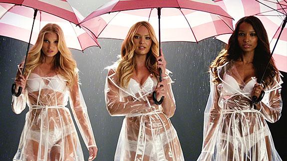Los ángeles de Victoria´s Secret se protegen de la lluvia